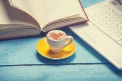 Tasse avec l'ordinateur portable et le livre Photo libre de droits