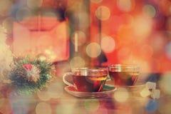 Tasse avec l'ornement de Noël près de la cheminée Conce de vacances d'hiver Image libre de droits