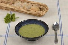 Tasse avec la soupe à courgette Images stock