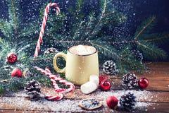 Tasse avec la table en bois de neige de chocolat chaud Photos stock