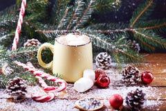 Tasse avec la table en bois de neige de chocolat chaud Images stock