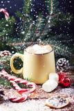 Tasse avec la table en bois de neige de chocolat chaud Image stock