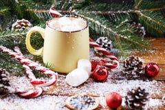 Tasse avec la table en bois de neige de chocolat chaud Photos libres de droits