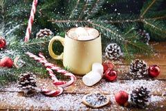 Tasse avec la table en bois de neige de chocolat chaud Image libre de droits
