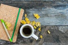 Tasse avec la tasse d'amour de café et le carnet sur le fond en bois Images libres de droits