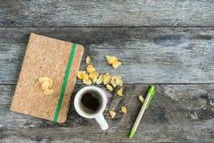 Tasse avec la tasse d'amour de café sur le fond en bois Images stock