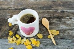 Tasse avec la tasse d'amour de café sur le fond en bois Photo stock