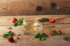Tasse avec la tisane des fraises et de la fraise Photographie stock libre de droits