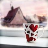 Tasse avec le coeur sur le filon-couche de fenêtre Images libres de droits