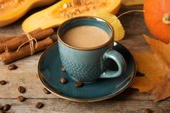 Tasse avec le latte savoureux d'épice de potiron images stock