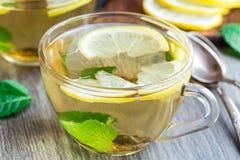 Tasse avec le thé de menthe et de citron Photo libre de droits