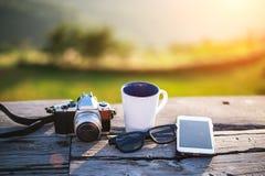 Tasse avec le thé sur la table au-dessus des montagnes photos libres de droits