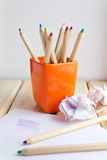 Tasse avec les crayons colorés sur la table en bois Image libre de droits