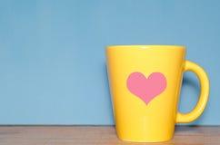 Tasse avec un coeur Photos stock