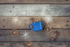 Tasse avec une boisson de chauffage Photographie stock libre de droits