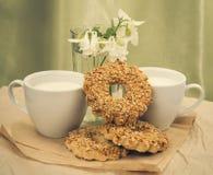 Tasse blanche avec du lait, biscuits Photographie stock