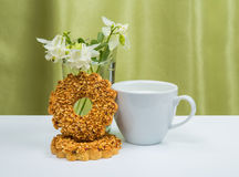Tasse blanche avec du lait, biscuits Images stock