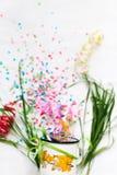 Tasse blanche avec le mocap de fête d'isolat de confettis Photographie stock