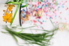Tasse blanche avec le mocap de fête d'isolat de confettis Images libres de droits