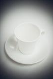 Tasse blanche avec le rétro filtre de vignette noire Photographie stock