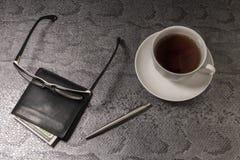 Tasse blanche avec le thé sur un fond noir Vue supérieure Photographie stock