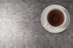 Tasse blanche avec le thé sur un fond noir Vue supérieure Photos stock