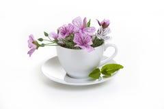 Tasse blanche avec les fleurs roses Photos stock