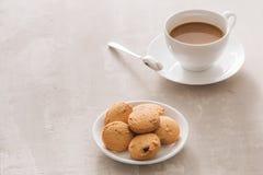 Tasse blanche de café crémeux avec les biscuits de beurre et la cuillère à café inoxydable d'isolement sur le fond blanc, chemin  photos libres de droits