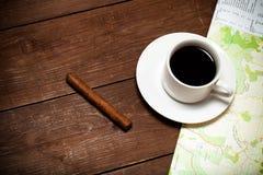 Tasse blanche de café, de carte et de cigare sur la vieille table en bois toned images libres de droits