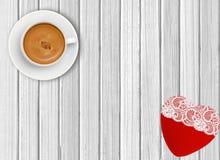 Tasse blanche de café et de coeur rouge sur le fond en bois Photo stock