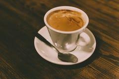 Tasse blanche de café nouvellement fabriqué image stock