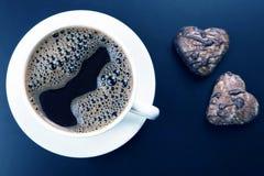 Tasse blanche de caf? noir avec des biscuits sur un fond fonc? photos stock