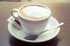Tasse blanche de cappuccino Image libre de droits