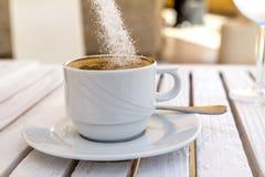 Tasse blanche de cappuccino sur un sucre en bois blanc de baisse de table Photos libres de droits