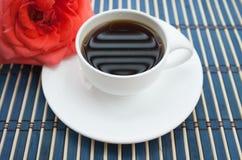 Tasse blanche de coffe avec une rose rouge - style de vintage images libres de droits