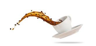 Tasse blanche de Porcelaine avec éclabousser le liquide de café d'isolement sur le fond blanc image libre de droits