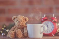 Tasse blanche de thé près de fée Ligths de cadeau et de Noël Photographie stock libre de droits