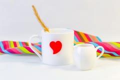 Tasse blanche et coeur rouge avec les roses rouges, d'isolement sur le backgr blanc Image libre de droits