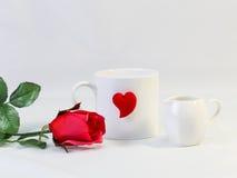 Tasse blanche et coeur rouge avec les roses rouges, d'isolement sur le backgr blanc Photographie stock libre de droits