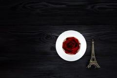 Tasse blanche sur la table noire Photos stock