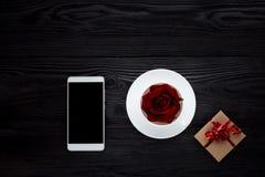 Tasse blanche sur la table noire Image stock