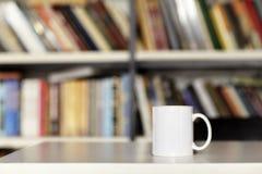 Tasse blanche vide, disposition de conception Intérieur de bibliothèque Photos stock