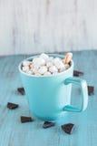 Tasse bleue de chocolat chaud avec des guimauves Photo libre de droits