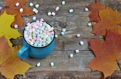 Tasse bleue de chocolat chaud avec les guimauves colorées Images libres de droits