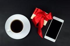 Tasse, boîte-cadeau et téléphone portable d'Offee Photos stock