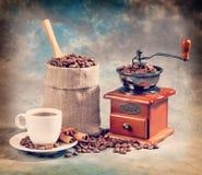 Tasse, broyeur de café et café dans le sac Rétro hippie de vintage photographie stock libre de droits