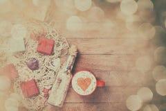 Tasse, cadeau et filet avec les coquilles et la bouteille Photo stock