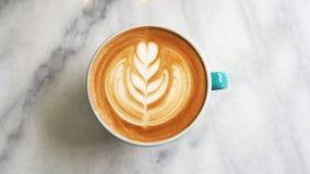 Tasse chaude d'art de latte de café de plan rapproché Image libre de droits