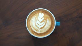 Tasse chaude d'art de latte de café de plan rapproché sur la table Images stock