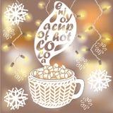 Tasse chaude de cacao avec des guimauves sur le fond brouillé Photographie stock libre de droits